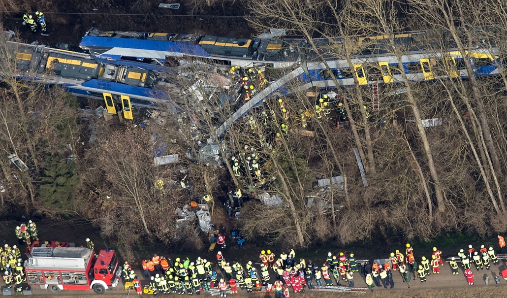 afp. hét képei - 2016.02.09. Bad Aibling, Németország, vonatbaleset - Firefighters and emergency doctors work at the site of a train accident near Bad Aibling, southern Germany, on February 9, 2016.