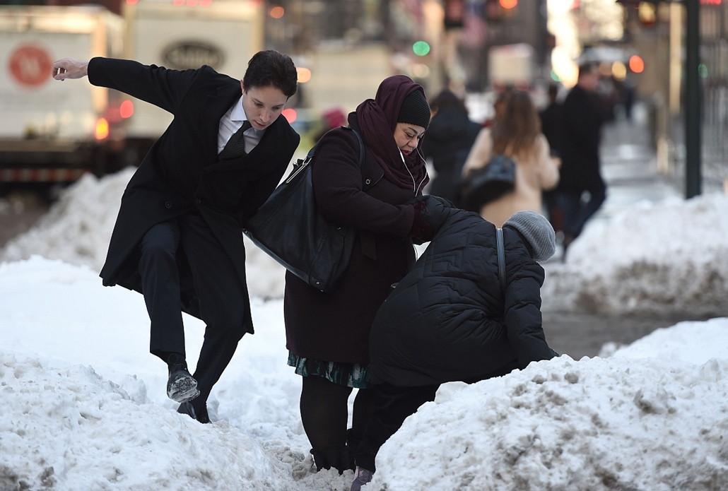 afp. hét képei - 2016.01.25. New York, havazás, időjárás, óriási hó, People walk past a large bank of snow on Park Avenue January 25, 2016 as New Yorkers return to work after the city was hit with a record-setting snowfall.