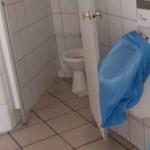 Egy piszoár sem működik a szegedi rendelő lepusztult mosdójában