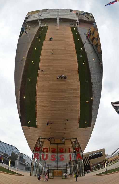 kka.15.05.0y. - Milánó, Olaszország: Világkiállítás - Az orosz pavilon, mintegy tízemeletnyi, tükrökkel borított előteteje az érkző látogatót nézőpontjának megváltoztatására kényszeríti.