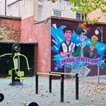 A Pál utcai fiúkról készült graffiti domborít egy londoni házfalon – fotók