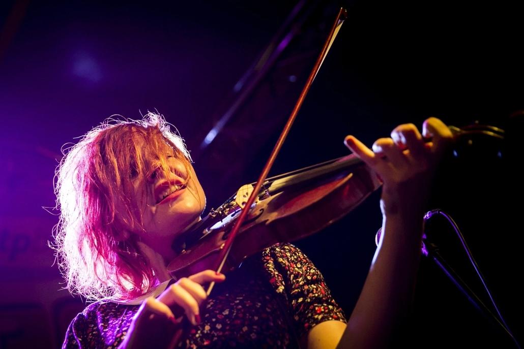 Veszprémi Utcazene Fesztivál, 2013. július 26.Heta Salkolahti, a Town of Saints zenekar hegedűse a Veszprémi Utcazene Fesztiválon 2013. július 25-én.