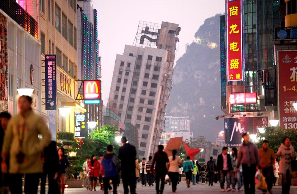 A város sétálóutcája a Kuanghszi Csuang Autonóm Tartományban fekvő Liucsou városában 2009. december 30-án: a háttérben egy kínai ferde torony - egy felrobbantott társasház épen maradt, megdőlt épülete. A robbantással a 22 emeletes házat le akarták rombolni, az épület felszámolására irányuló kísérlet azonban meghiúsult.