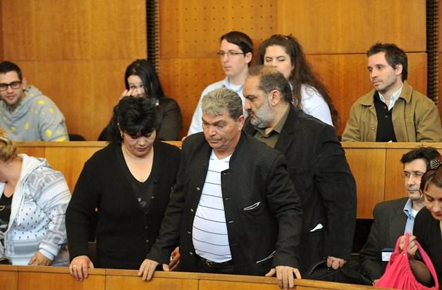 Csorba Csaba (középen) és felesége, a tatárszentgyörgyi támadás halálos áldozatainak hozzátartozói érkeznek a tárgyalóterembe
