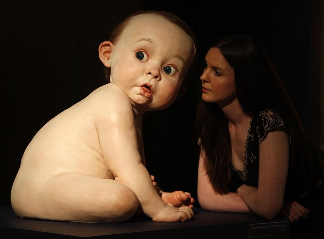 London, Nagy-Britannia - a Christie's egyik alkalmazottja és Ron Mueck ''Big Baby'' szobra.