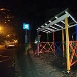 Le kell bontani a Kutyapártnak a színes buszmegállóját Szombathelyen
