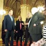 Fotó: Schwarzenegger a magyar parlamentben sétálgat