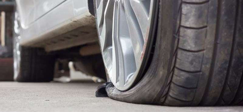 Megcsinálták az eszközt, ami azonnal kiszúrja az autó kerekét, ha járdára hajt a kocsi