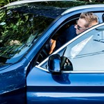 Talán a BMW-gyár érkezését üdvözlik Tiborczék a szép X3-assal?