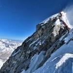 Akkora tömeg van a Mount Everesten, hogy abba egy nap alatt hárman is belehaltak