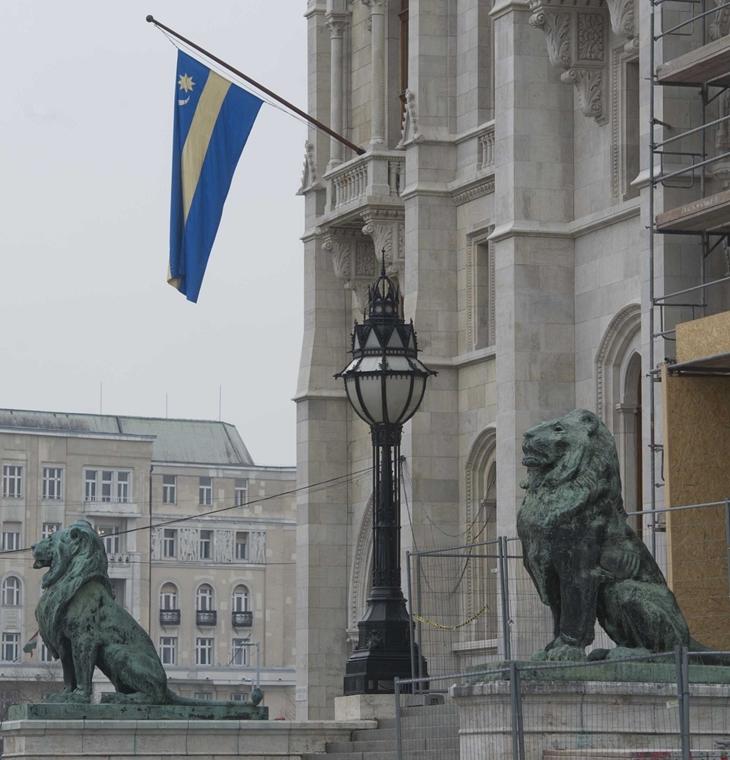 Székely zászlót tűztek ki a Parlament Kossuth téri homlokzatára.  A zászló kitűzését a házelnök rendelte el, mivel éppen most zajlik a Kárpát-medencei Magyar Képviselők Fóruma (KMKF) plenáris munkaülése.