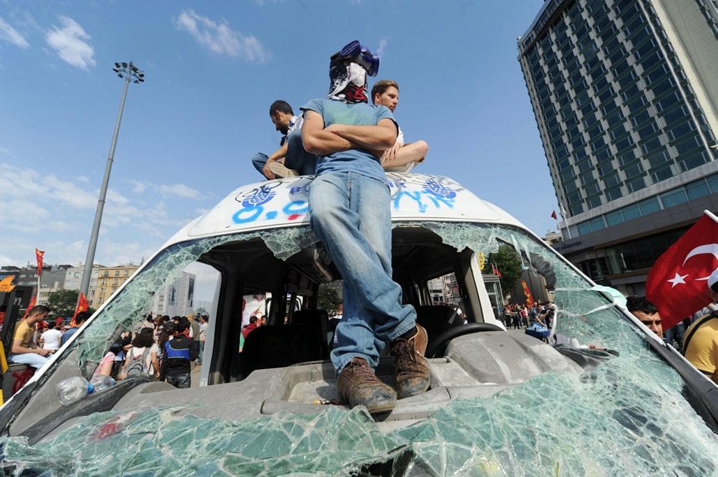 Törökországi tüntetések, 2013, június - Protestors gather on Taksim square on June 2, 2013, a day after Turkish police pulled out of Istanbul's iconic square following a second day of violent clashes between protesters and police over a controversial deve