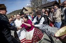 Rendőrt hívnak Hollókőn a turistákra, ha elözönlik húsvétkor a települést