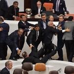 Megint nem bírtak magukkal a török képviselők, verekedés tört ki a parlamentben