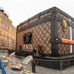 Fotó: óriási Louis Vuitton-bőrönd pottyant a moszkvai Vörös térre