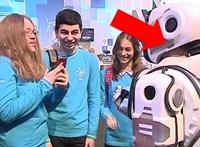 Modern robotot mutatott be az orosz állami tévé, de kiderült, hogy csak egy jelmezbe öltözött ember volt az – videó