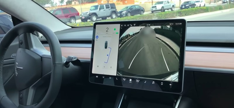 Ilyen egy tökéletes párhuzamos parkolás – ahogy a Tesla Model 3 csinálja – videó