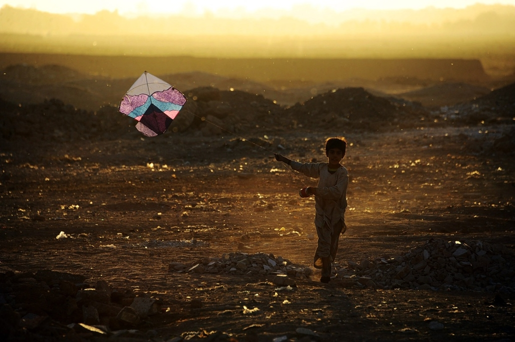 afp. hét képei - Herat, Afganisztán, 2014.10.20. In this photograph taken on October 20,2014, an Afghan child plays with a kite on the outskirts of Herat. Afghanistan's economy has improved significantly since the fall of the Taliban regime in 2001 largel
