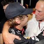 A Red Bull főnöke előtt térdepel a sportvilág
