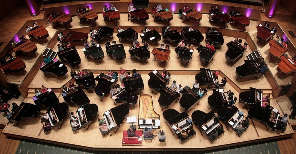 A kínai Lang Lang zongoraművész játéka Londonban száz fiatal angol zongoristával.