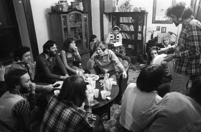 fortepan_! szilveszter - 1980 - a Magyar Rádió közvetítése egy belvárosi lakásból Szilveszterkor. Az asztalnál balra hátracsúszott fejhallgatóval Feyér Zoltán szerkesztő-riporter, tőle jobbra a harmadik Jolsvai András szerkesztő, író, újságíró.