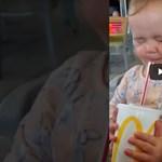 Ez a baba most iszik először kólát