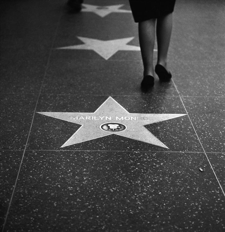 afp.1964. - Járókelő a Hírességek Sétányán Marilyn Monroe csillagánál. nagyítás
