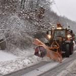 Havazás, hószállingózás, havas eső: téli üzemmódra vált a Magyar Közút