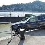 Ilyet se látni mindennap: a Duna lépcsőire zuhant egy Audi
