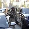 Kommandósok hozták a bíróságra az Iszlám Állam tagját, a bíróság letartóztatta