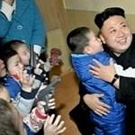 Gyerekek rohantak Kim Dzsong Un karjaiba – fotó