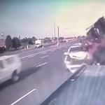 Autópályán okozott súlyos balesetet a figyelmetlen sofőr – videó
