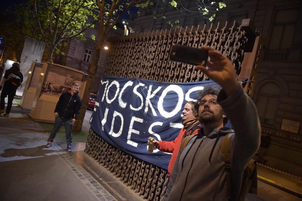 tg.17.04.12. - Hősök vétója - tüntetés a civilek és a CEU ellehetetlenítése ellen - terror háza mocskos fidesz tüntetés szelfi