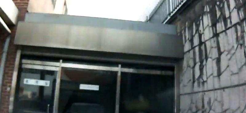 Ilyen belülről, amikor autó csapódik egy épületbe - videó