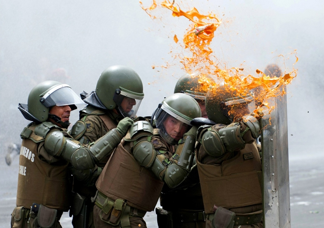 Chilei lázadűás, rendőrök védik magukat  Santiago, március 7-én 2013.