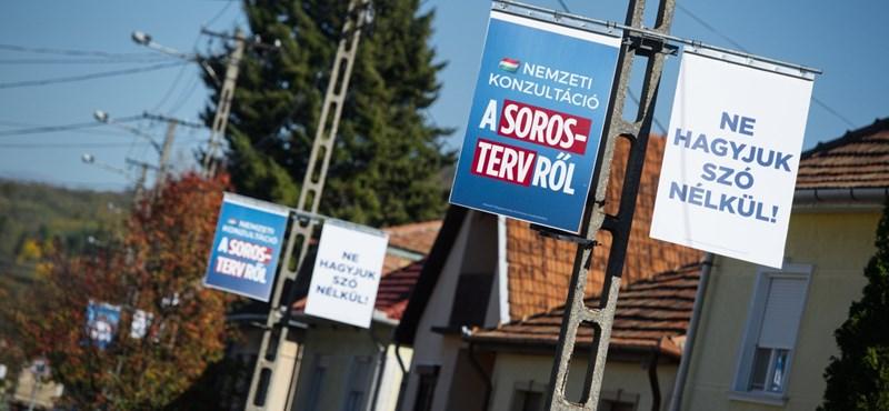 """""""Stop Soros"""" plakátokkal tapétázták ki az egyik budapesti iskola tábláját"""