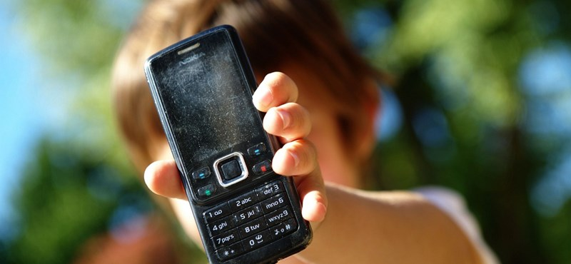 Az összes brit iskolából kitiltanák a mobiltelefonokat