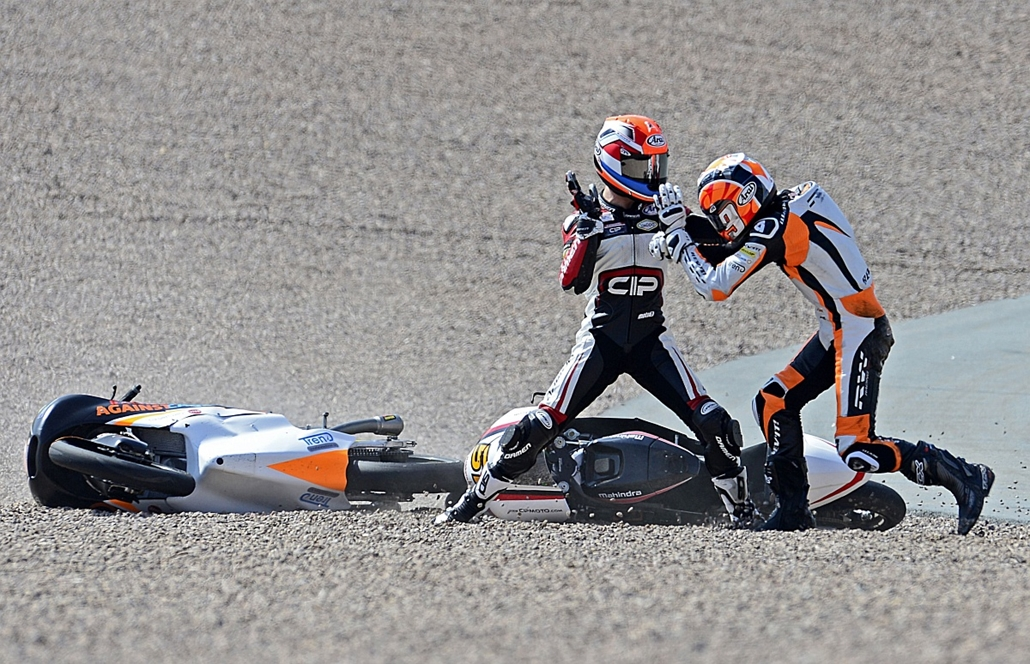 afp. az év sportfotói 2014.Hohenstein-Ernstthal, Németország 2014.07.13. Mahindra rider Bryan Schouten of Netherlands (L) and his compatriot Kalex KTM rider Scott Derouse fight after chrashing in the Moto3 race of the Grand Prix of Germany at the Sachsenr