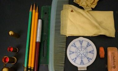 Évtizedekkel ezelőtt elveszett táskát találtak egy iskolai szekrény mögött - különleges dolgok voltak benne