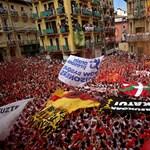 Pamplona: szívmelengető megnyitó után jön a bikák öldöklése – fotók