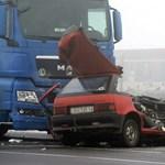 Fotó: Két ember halt meg a piros Suzukiban