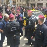 Csetepaté volt a parlamentnél a rendőrök és tüntetők között