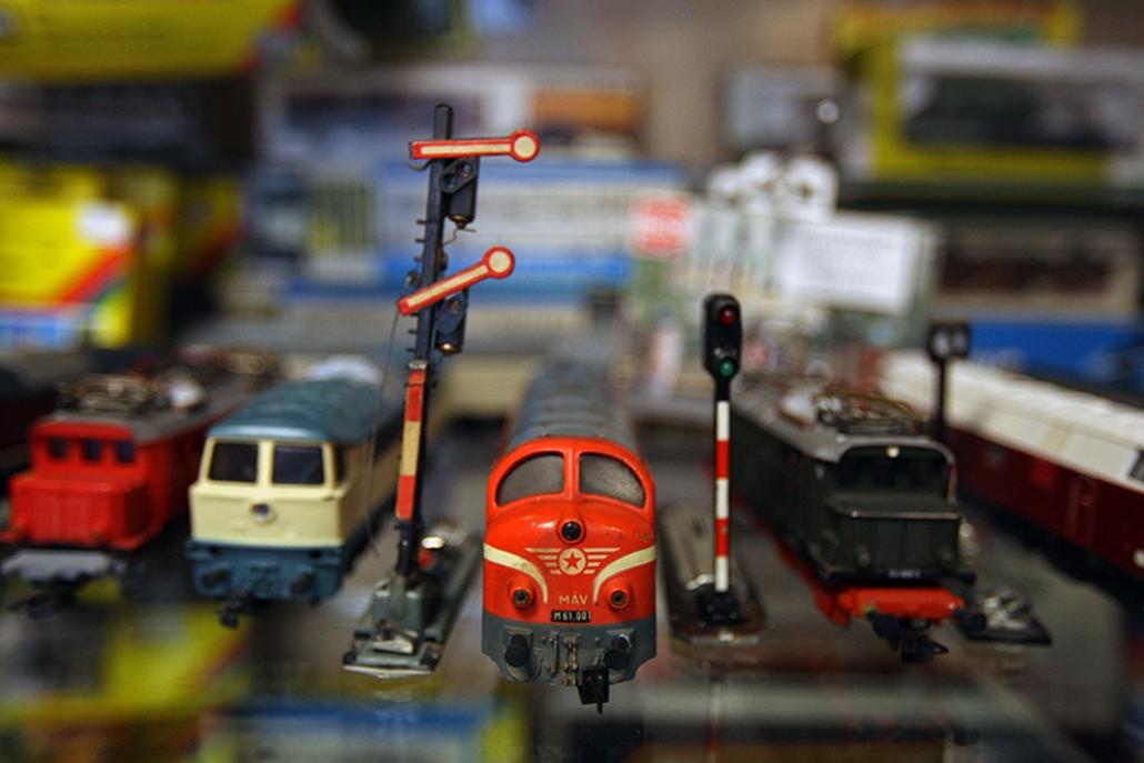 A régi NDK-s vasútmodellekre van kereslet, a mozdony, ami a nyolcvanas években például 22 forintba került, ma 2800-ért kapható. A komolyabb darabok 10-15 ezer forintot is kóstálhatnak, márkától és gyártmánytól függően.