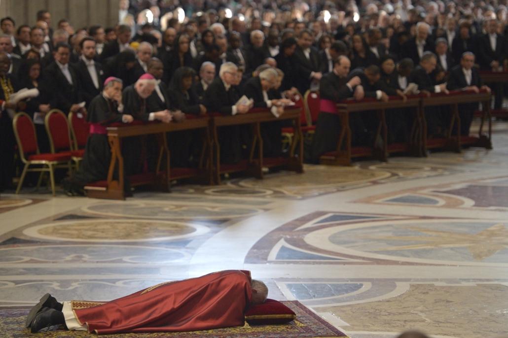 afp.16.03.25. - Vatikán: Ferenc pápa a földön fekve imádkozik nagypénteki igeliturgiáján a vatikáni Szent Péter-bazilikában. - húsvét, nagyítás