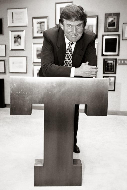 afp.96.05.08. - New York, USA: Donald Trump a Trump Towerben egy T betűre támaszkodva 1996 májusában. - Donald Trump nagyítás