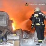 Ilyennek látták a hatalmas raktártüzet a tűzoltók – videó