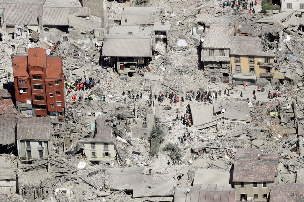 AP_! - szept.26-ig_! - mti.16.09.12. - Amatrice, Olaszország: Légi felvétel összedőlt épületek romjairól az Olaszország középső részét 2016. augusztus 24-én sújtó földrengés egyik helyszínén, Amatricében. - 7képei, évképei