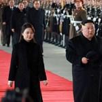 Filmsztárokhoz hasonló parádé várta Kim Dzsongunt a kínai útja előtt – videó