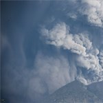 Izzó sziklák, mérgező gázok - felrobbant egy vulkán Pápua Új-Guineán
