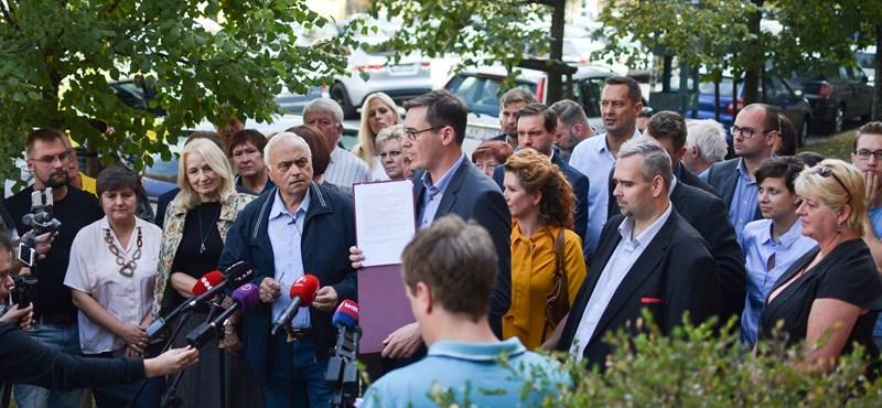 """Zúgott a """"hazudtok"""" - Tüntetést tartottak a TV2 székházánál László Imre mellett"""